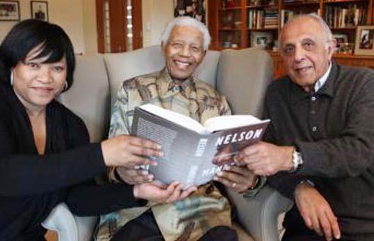 Nelson-Mandela-C-pose-avec-sa-fille-Zindzi-G-et-Ahmed-Kathrada-D-ancien-prisonnier-politique-le-11-octobre-2010.jpg