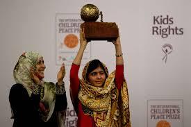 L'adolescente reçoit en 2013, des mains du prix Nobel de la Paix 2011 Tawakkol Karman, le prix international de la Paix pour les enfants à La Haye au Pays-Bas.